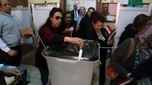 سيدات يدلين للإدلاء بأصواتهن في مراكز الاقتراع