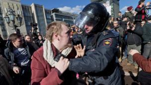 警方在位於首都莫斯科市中心的普希金廣場局部抗議者。