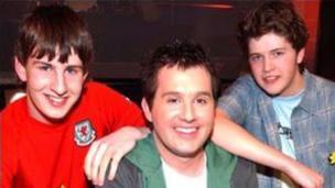 """Rhydian Bowen Phillips a ganodd 'Mi Glywais' yn 2005 gyda'r cyfansoddwyr buddugol Guto Vaughan a Dafydd Jones o Blaenffos. Buddugoliaeth a ddechreuodd y dywediad: """"May the Blaenffos be with you..."""""""