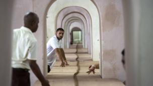Wafanyakazi wamsaidia Jose Castelar, kutengeneza msokoto wa mita 90 mjini Havana, Cuba, Ijumaa Agosti 12, 2016