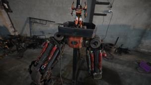 สำหรับขั้นตอนการทำหุ่นแต่ละตัวของที่นี้ จะไม่มีการร่างแบบอะไรก่อนเลย แต่จะอาศัยความชำนาญและจินตนาการ ขึ้นโครงตามหุ่นของเล่นต้นแบบ