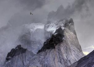 Ben Hall ayaa sawiray haadkan dul hoganaya buuraha Torres del Paine National Park, Chile.