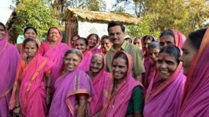 গ্রামের স্কুলটির প্রতিষ্ঠাতার সঙ্গে বয়স্ক নারীরা