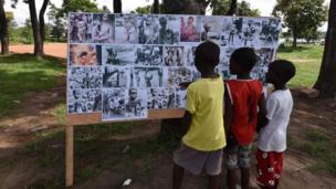 أطفال ينظرون إلى صور