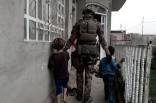 ทหารอิรักแนะนำให้ประชาชนหลบอยู่ในบ้าน