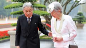 Japanese Emperor Akihito (L) and Empress Michiko (R) attend a wreath laying ceremony at the mausoleum of Vietnamese late President Ho Chi Minh in Hanoi on March 1, 2017