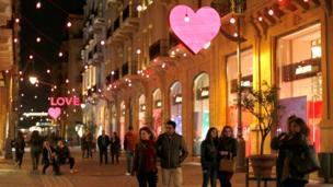 """黎巴嫩首都贝鲁特市中心为情人节挂上心形和英语""""LOVE""""的灯饰"""