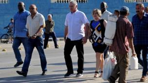 Phó chủ tịch thứ nhất Miguel Diaz-Canel và phu nhân bà Lis Cuesta trên đường tới điểm bỏ phiếu ở Santa Clara, Cuba trong cuộc bầu cử Quốc hội hôm 11/3/2018. Đây là một bước tiến quan trọng trong quá trình dẫn đến bầu cử chủ tịch mới ở Cuba.