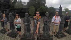 Turistas posan junto a las estatuas de piedra que vigilan la tumba imperial de Khai Dinh en Huế, Vietnam. Foto: Sebastián Oliveros