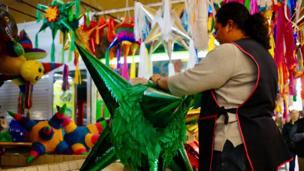 Pinatas (đồ chơi truyền thống của Mexico) Giáng sinh được bày bán ở chợ tại thủ đô Mexico City. Ảnh chụp hôm 18/12/2017.