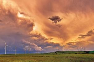 Изменчивое небо над Capital Wind Farm вблизи города Бангендор, штат Новый Южный Уэльс, 23 октября 2014