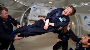 Foto de 26 abril de 2007 divulgada pela Zero G, onde Hawking experimentando gravidade zero