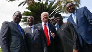 دونالد ترامب برفقة (من اليسار إلى اليمين) الرئيس الكيني أوهورو كينياتا، والغيني ألفا كوندي، ورئيس بنك التنمية الأفريقي أكينوومي أديسينا، ونائب الرئيس النيجيري يمي أوسينباجو، ورئيس وزراء أثيوبيا هايلي ماريام ديسالين