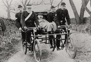 عربة إسعاف تتكون من دراجات هوائية