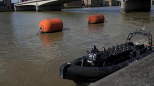 وكثفت الشرطة في ذات الوقت دورياتها في نهر التايمز.