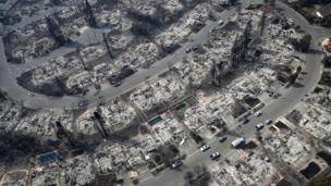 """""""Todo parece una infernal zona de guerra. Parecía que alguien había bombardeado estos barrios"""", declaró la supervisora del condado de Sonoma, Shirlee Zane, quien examinó el daño en la región desde un helicóptero."""