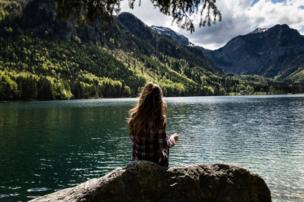 Una niña viendo el Lago Langbathsee.