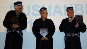 سمت چپ کیومرث پور احمد (کارگردان ایرانی) - ابوالحسن داوودی ( کارگردان ایرانی) - رضا کیانیان (بازیگر ایرانی)
