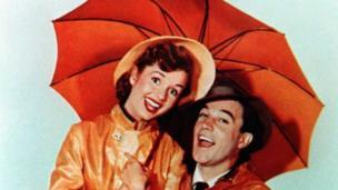 """دبی رینولدز در سال ۱۹۵۲ و با بازی در فیلم تاریخی """"آواز در باران"""" به شهرت رسید."""