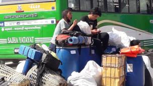गंगबु बसपार्कमा गाडी कुर्दै यात्रु