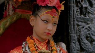 یونیکا بجراچاریا: این دختر هشت ساله، الهه (کوماری) شهر پتن، یکی از بزرگترین شهرهای نپال است. او در سن شش سالگی به این مقام برگزیده شد و تا روز اولین پریودش، الهه این شهر باقی خواهد ماند. گزارش و تصاویر از سحر زند