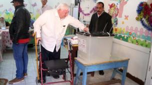 ناخبين أمام مراكز الاقتراع للإدلاء بأصواتهم