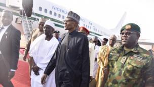 Shugaba Muhammadu Buhari lokacin da ya sauka a Kaduna
