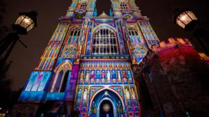 لوحة فنية من الضوء تعرض على كنيسة ويستمنستر