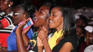 Mamia walihudhuria maonyesho hayo kuonyesha umoja wao na watu wanaoishi na ulemavu wa ngozi katika mkahawa wa Carnivore jijini Nairobi Kenya, tarehe 21, Oktoba 2016