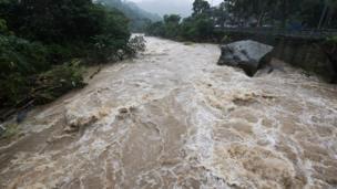 台北市內雙溪溪水暴漲