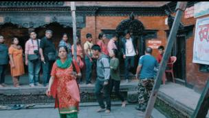 مردم برای زیارت کوماری، بیرون خانه اش صف کشیده اند.