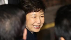 面对支持者,朴槿惠仍然笑容满面