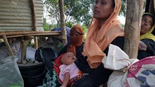 Binlerce Arakanlı Müslüman Bangladeş ve Myanmar sınırında sıkışıp kaldı. Arakanlı bu kadın 3 gündür Ghundum sınırından Bangladeş'e geçmeyi bekliyor.