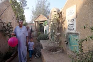 خانوادههای روستای دالگامون مصر در روز عید با حضور در قبرستان به درگذشتگان ادای احترام میکنند.
