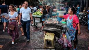 विक्रेते मंगळवारी गुलाबी रंगाचे कपडे परिधान करतात.