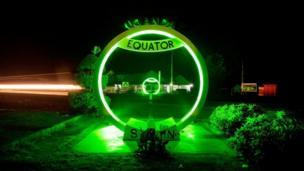 Позеленів навіть знак екватора в Уганді, Африка.