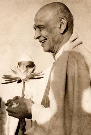 1948માં લેવાયેલી સરદાર પટેલી સ્વાગતની તસવીરમાં સરદાર પટેલ કમળના ફૂલ સાથે