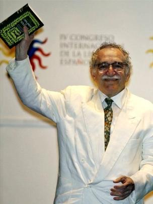 Gabriel García Márquez con la edición especial de