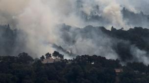 Al menos 23 personas perdieron la vida, más de 600 están desparecidas y unas 2.000 propiedades han sido destruidas, según recuentos preliminares de las autoridades.
