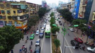 Cảnh sát giao thông Hà Nội đã tiến hành xử phạt nhiều chủ phương tiện lấn làn xe buýt nhanh.