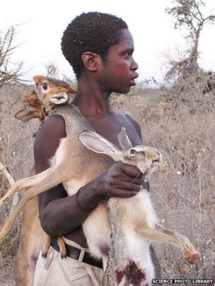 Caçador Hazda com animais mortos