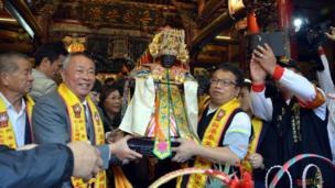 台湾西部的嘉义县新港乡则举行一年一度的妈祖出巡绕境