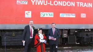 英國及歐洲、哈薩克斯坦等地貨運鐵路公司的代表,倫敦Barking地區市市長和市領導在車站迎接火車的抵達發表講話