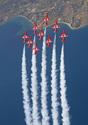 """""""Красные стрелы"""" выполняют фигуру высшего пилотажа"""