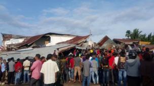 Nhiều nhà mái tôn ở khu vực này cũng bị sập