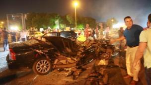 Bu arada kaç kişinin öldüğü ya da yaralandığı bilinmiyor. Boğaziçi Köprüsü yakınlarında tankın ezdiği bir araba.