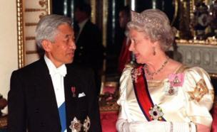 1998年5月26日、英バッキンガム宮殿の公式晩餐会へ、エリザベス女王と向かう天皇陛下。
