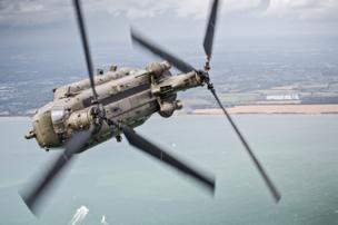 Транспортный вертолет чинук с эскадрильей 27 выполняет крутой вираж над проливом Солент