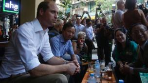 Hoàng tử đến một quán cà phê ở Hà Nội, gặp các chuyên gia y học cổ truyền và đại diện các tổ chức phi chính phủ.