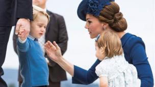 Герцогиня Кембриджская с принцем Джорджем и принцессой Шарлоттой